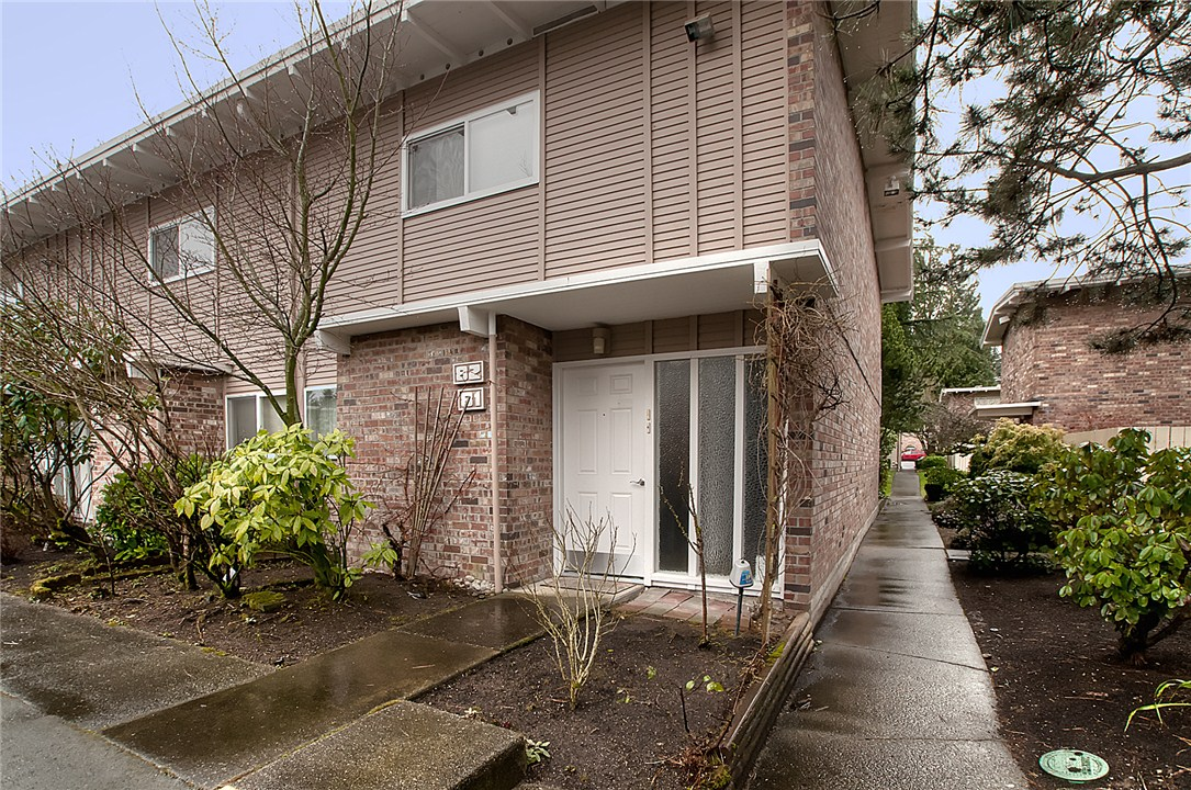 Condo Unit 81 At Newport Hills Townhomes Bellevue Sold